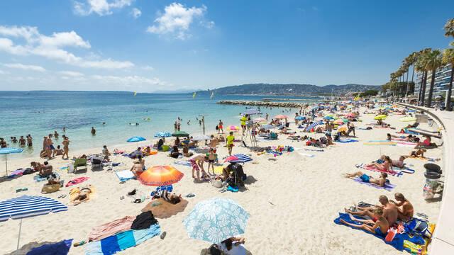 Juan-les-Pins, public beach ©Office de Tourisme et des Congrès d'Antibes Juan-les-Pins - Gilles Lefrancq