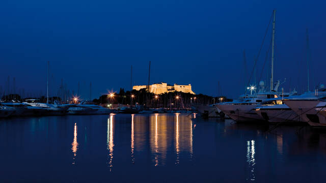 Fort Carré and harbor by night © F. Trotobas (Mairie d'Antibes JLP - service presse communication)