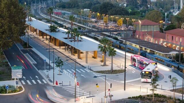 Gare routière et gare SNCF Antibes©Enviebus